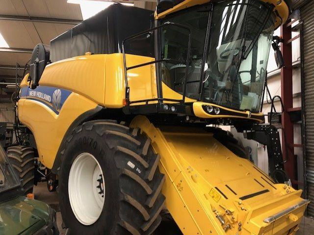 New Holland CX8.80 Combine