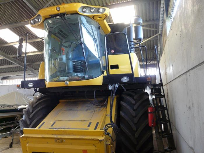 New Holland CX6080 Combine